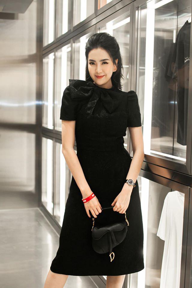 Mai Ngọc cosplay nữ sinh, diện áo trắng váy đen nhưng lại chưng phụ kiện hàng hiệu đắt giá đủ khiến chị em trầm trồ - ảnh 6