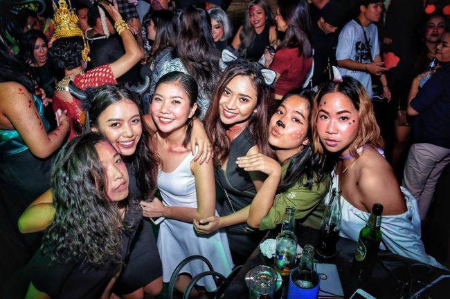 Thái Lan: Du học sinh được cha mẹ cho đi trốn dịch ở khu nghỉ dưỡng hạng sang nhưng lại tụ tập tiệc tùng với bạn bè rồi bị nhiễm Covid-19 - Ảnh 2.