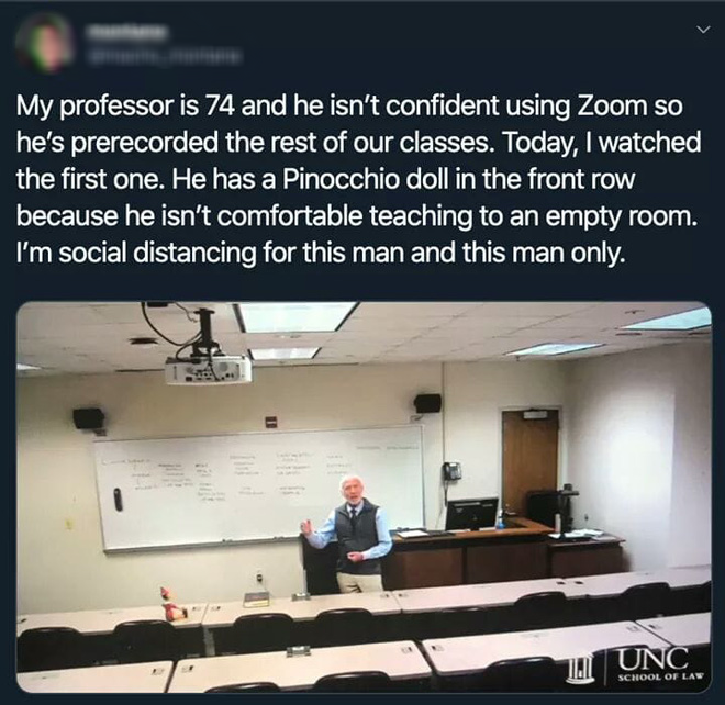 Giảng viên 74 tuổi lên lớp mùa dịch, đặt búp bê ở hàng ghế đầu vì không thoải mái khi giảng trong một phòng trống - ảnh 1