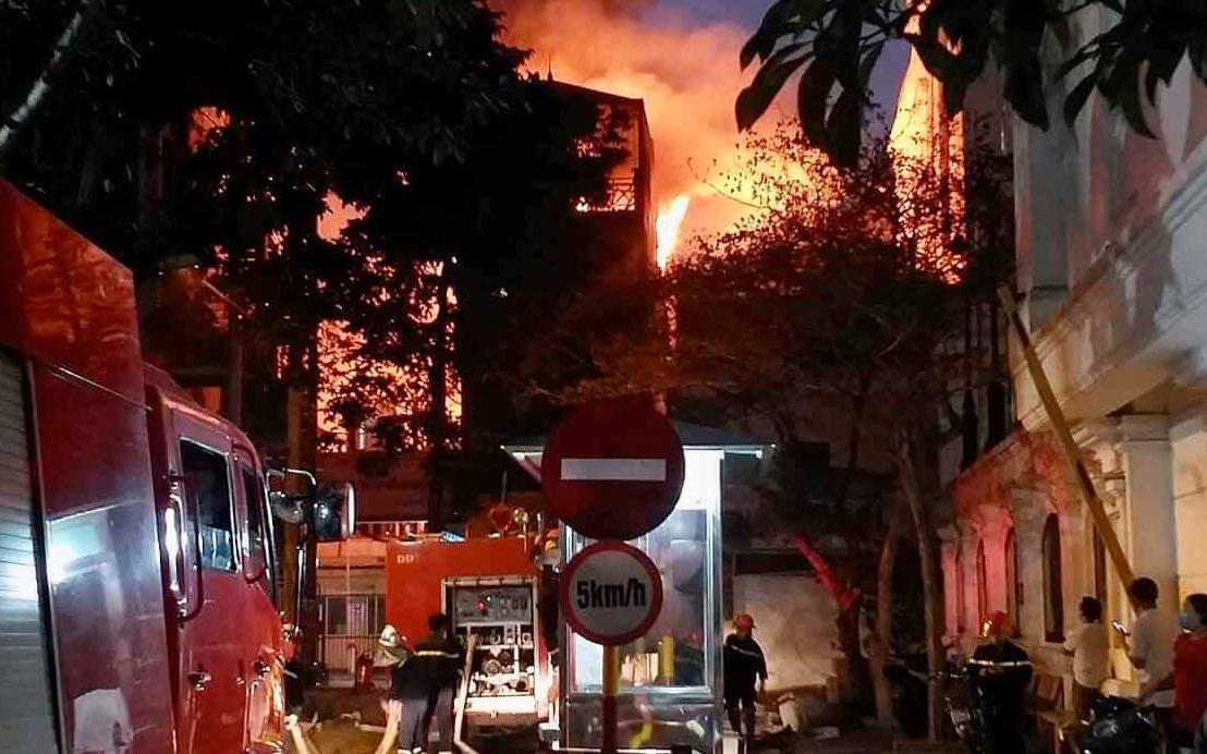 Hà Nội: Cháy lớn căn nhà tại phố Hồ Đắc Di, người dân hốt hoảng tháo chạy