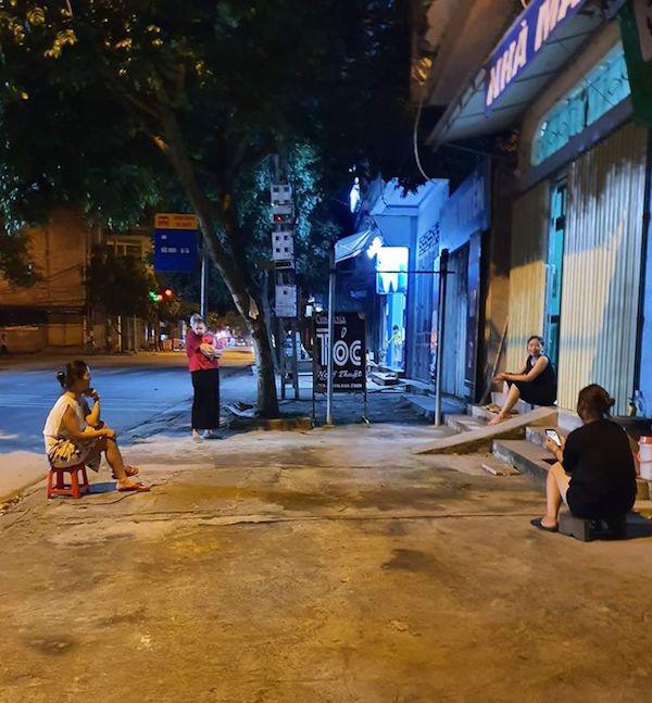 Sợ dịch Covid-19 nhưng vẫn muốn trò chuyện hỏi han nhau, các cô hàng xóm tuân thủ ngồi cách xa nhau 2 mét - ảnh 1