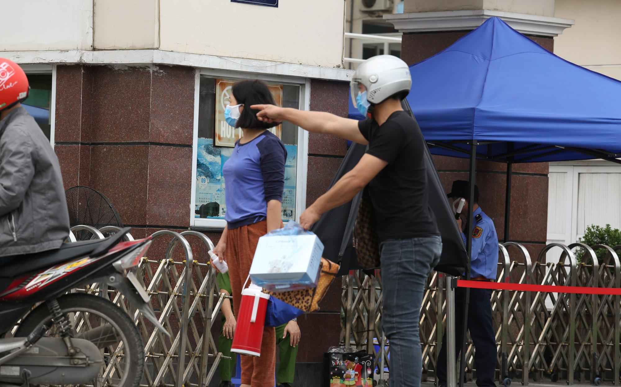 Chùm ảnh: Người dân mang đồ ăn tiếp tế cho thân nhân trong BV Bạch Mai, tuy nhiên được yêu cầu đem về để đảm bảo an toàn