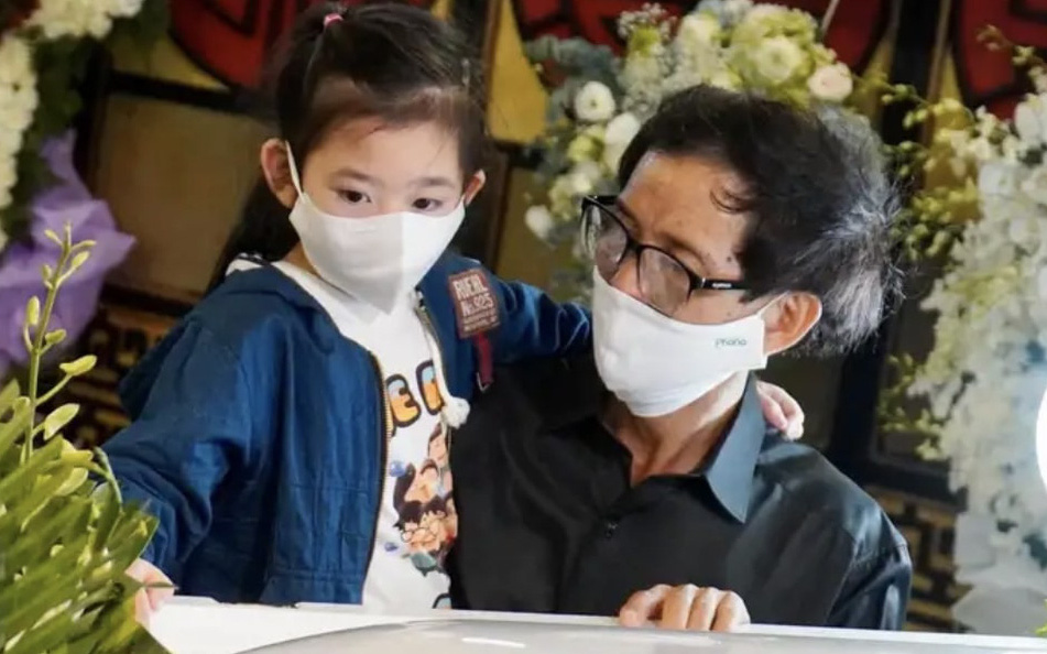 Xót xa hình ảnh con gái cố diễn viên Mai Phương bên linh cữu, ngơ ngác không biết sẽ chẳng còn được ôm mẹ mỗi ngày