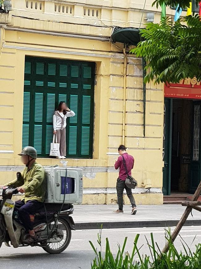 Cô gái trẻ trèo lên cửa sổ nhà cổ Hà Nội để sống ảo, dân tình người bênh kẻ chê nhưng nhận gạch nhiều nhất lại là chủ nhân bức ảnh chụp trộm - Ảnh 2.