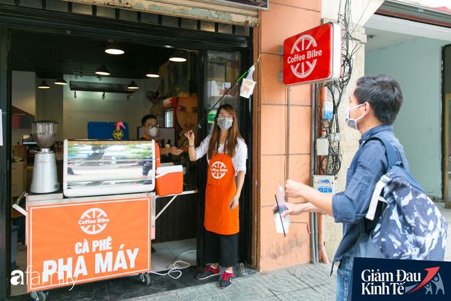 Nhiều quán ăn, cà phê ở Sài Gòn chuyển mình thời Covid-19, học theo Ấn Độ khoanh vùng an toàn cho khách đứng, dùng cả cần câu xa 2m để đưa hàng cho shipper - Ảnh 8.