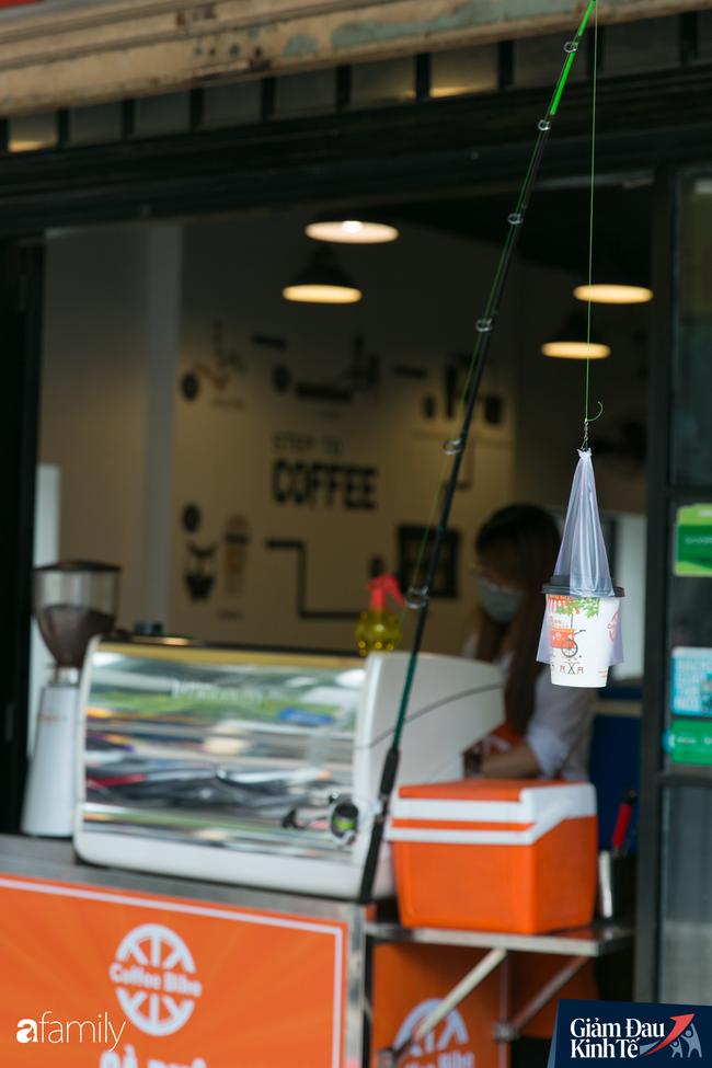 Nhiều quán ăn, cà phê ở Sài Gòn chuyển mình thời Covid-19, học theo Ấn Độ khoanh vùng an toàn cho khách đứng, dùng cả cần câu xa 2m để đưa hàng cho shipper - Ảnh 9.