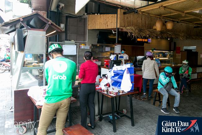 Nhiều quán ăn, cà phê ở Sài Gòn chuyển mình thời Covid-19, học theo Ấn Độ khoanh vùng an toàn cho khách đứng, dùng cả cần câu xa 2m để đưa hàng cho shipper - Ảnh 10.