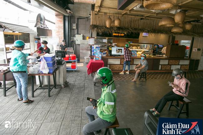 Nhiều quán ăn, cà phê ở Sài Gòn chuyển mình thời Covid-19, học theo Ấn Độ khoanh vùng an toàn cho khách đứng, dùng cả cần câu xa 2m để đưa hàng cho shipper - Ảnh 11.