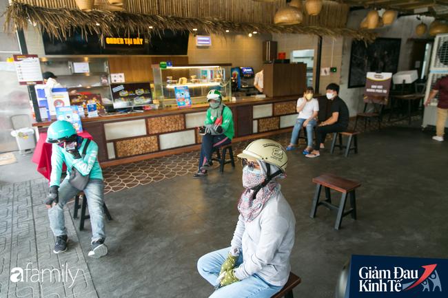 Nhiều quán ăn, cà phê ở Sài Gòn chuyển mình thời Covid-19, học theo Ấn Độ khoanh vùng an toàn cho khách đứng, dùng cả cần câu xa 2m để đưa hàng cho shipper - Ảnh 12.