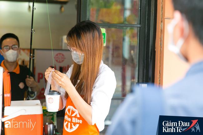 Nhiều quán ăn, cà phê ở Sài Gòn chuyển mình thời Covid-19, học theo Ấn Độ khoanh vùng an toàn cho khách đứng, dùng cả cần câu xa 2m để đưa hàng cho shipper - Ảnh 3.