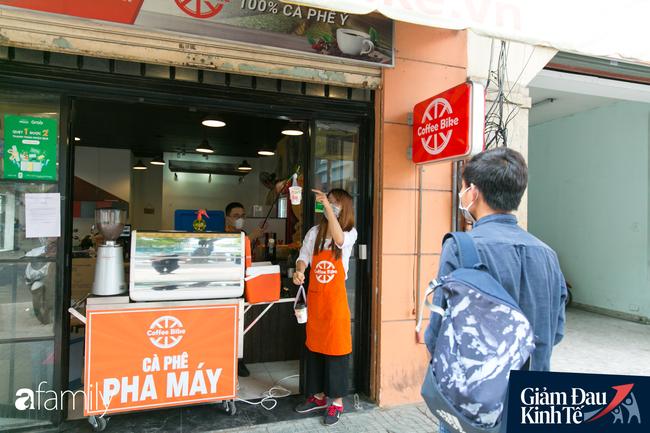 Nhiều quán ăn, cà phê ở Sài Gòn chuyển mình thời Covid-19, học theo Ấn Độ khoanh vùng an toàn cho khách đứng, dùng cả cần câu xa 2m để đưa hàng cho shipper - Ảnh 5.