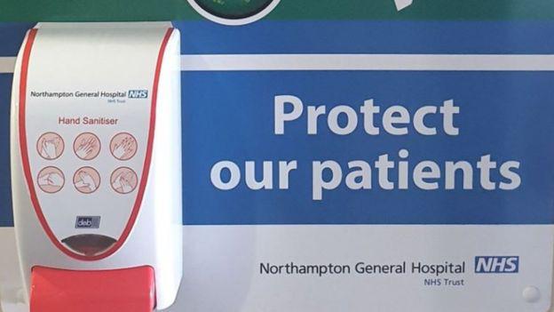 Khan hiếm nước rửa tay trong mùa dịch Covid-19, nhiều người dân ở Anh đến tận bệnh viện lấy cắp của bệnh nhân - Ảnh 4.