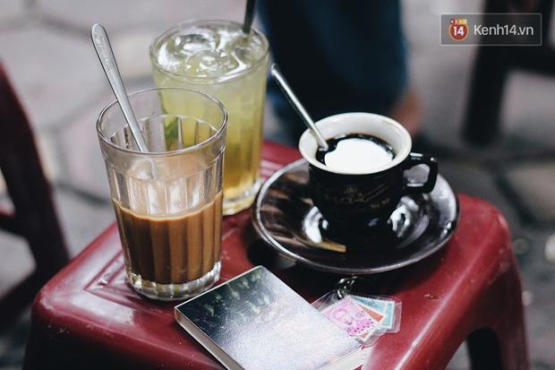 Hàng cà phê rang củi suốt 90 năm không nghỉ nay phải tạm đóng vì dịch: Khách vẫn đến ngồi vì thói quen dù không bán nữa, lo tình trạng tụ tập nên đành rải cát ra bậc thềm! - Ảnh 2.