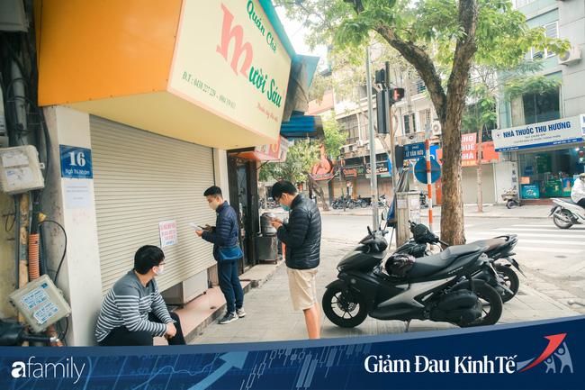Những hàng ăn nổi tiếng Hà Nội gọi hàng qua khe cửa, chăng dây tạo vùng an toàn, bất cứ ai đặt hàng phải đeo khẩu trang đúng chuẩn - Ảnh 1.