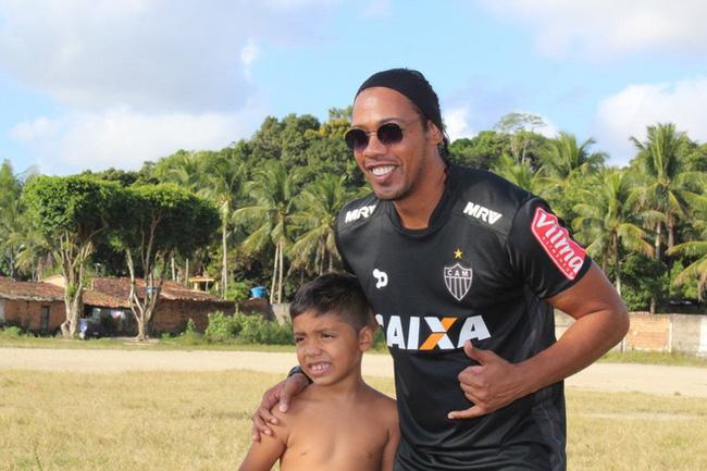 Bản sao Ronaldinho kiếm bội tiền vì bản chính phải ngồi tù - Ảnh 1.