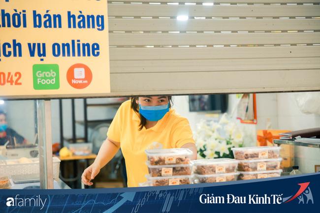 Những hàng ăn nổi tiếng Hà Nội gọi hàng qua khe cửa, chăng dây tạo vùng an toàn, bất cứ ai đặt hàng phải đeo khẩu trang đúng chuẩn - Ảnh 7.