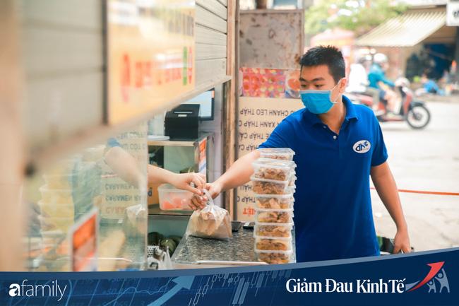 Những hàng ăn nổi tiếng Hà Nội gọi hàng qua khe cửa, chăng dây tạo vùng an toàn, bất cứ ai đặt hàng phải đeo khẩu trang đúng chuẩn - Ảnh 8.