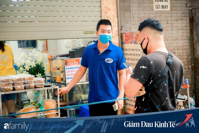 Những hàng ăn nổi tiếng Hà Nội gọi hàng qua khe cửa, chăng dây tạo vùng an toàn, bất cứ ai đặt hàng phải đeo khẩu trang đúng chuẩn - Ảnh 9.