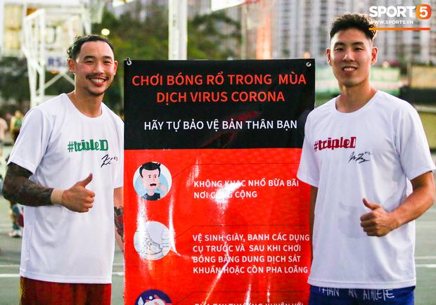 Ấm lòng khoảnh khắc sao bóng rổ Việt Nam đi thiện nguyện, giúp đỡ người già khó khăn trước giờ cách ly toàn xã hội - Ảnh 3.