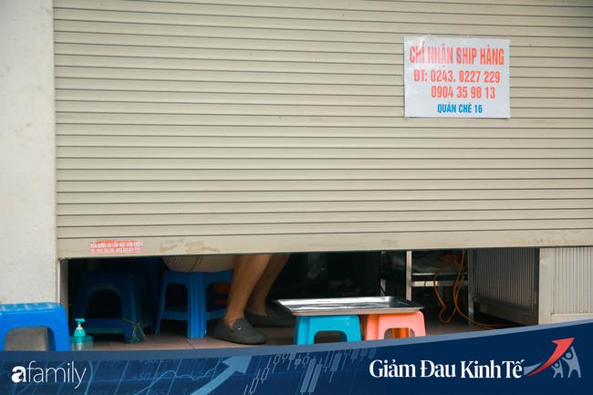 Những hàng ăn nổi tiếng Hà Nội gọi hàng qua khe cửa, chăng dây tạo vùng an toàn, bất cứ ai đặt hàng phải đeo khẩu trang đúng chuẩn - Ảnh 4.
