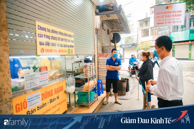 Những hàng ăn nổi tiếng Hà Nội gọi hàng qua khe cửa, chăng dây tạo vùng an toàn, bất cứ ai đặt hàng phải đeo khẩu trang đúng chuẩn - Ảnh 5.