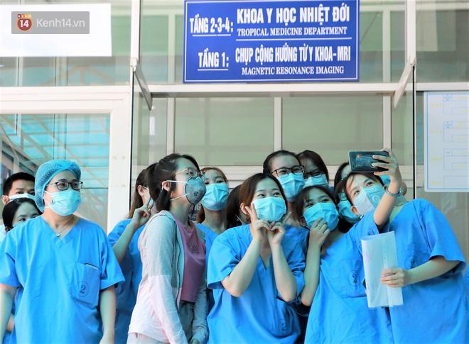 Nụ cười sau lớp khẩu trang của các bác sĩ chữa khỏi 6 ca bệnh Covid-19 ở Đà Nẵng: Tổ quốc gọi, chúng tôi luôn sẵn sàng. Chúng tôi không e sợ! - ảnh 1