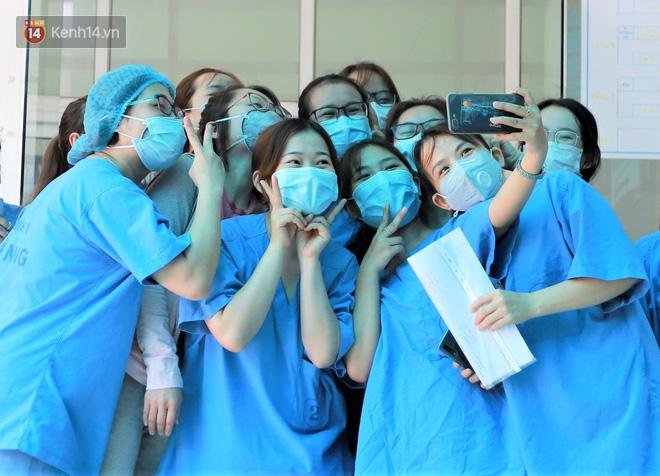 Nụ cười sau lớp khẩu trang của các bác sĩ chữa khỏi 6 ca bệnh Covid-19 ở Đà Nẵng: Tổ quốc gọi, chúng tôi luôn sẵn sàng. Chúng tôi không e sợ! - ảnh 2