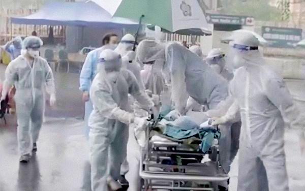 Điều kì diệu tại BV Bạch Mai những ngày cách ly toàn diện: Hàng chục y bác sĩ mặc đồ bảo hộ nỗ lực cứu sống sản phụ bị sốc mất máu, 2 lần ngừng tim - Ảnh 4.