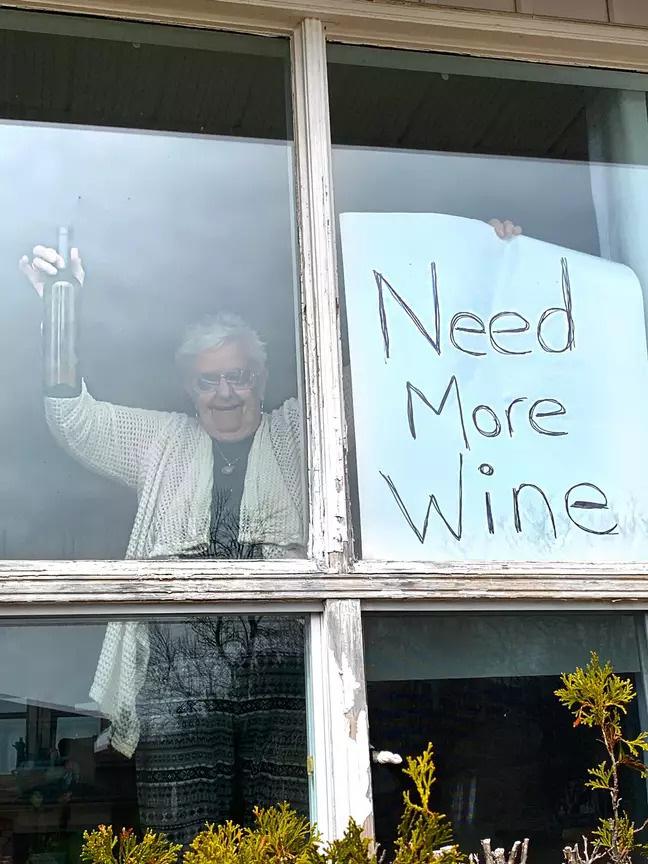 Cách ly ở nhà buồn chán, các cụ già liền mượn rượu giải sầu hết mình hơn cả giới trẻ - Ảnh 2.