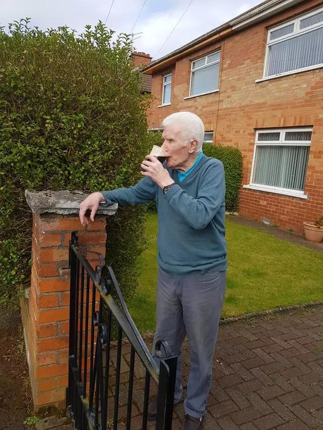 Cách ly ở nhà buồn chán, các cụ già liền mượn rượu giải sầu hết mình hơn cả giới trẻ - Ảnh 7.