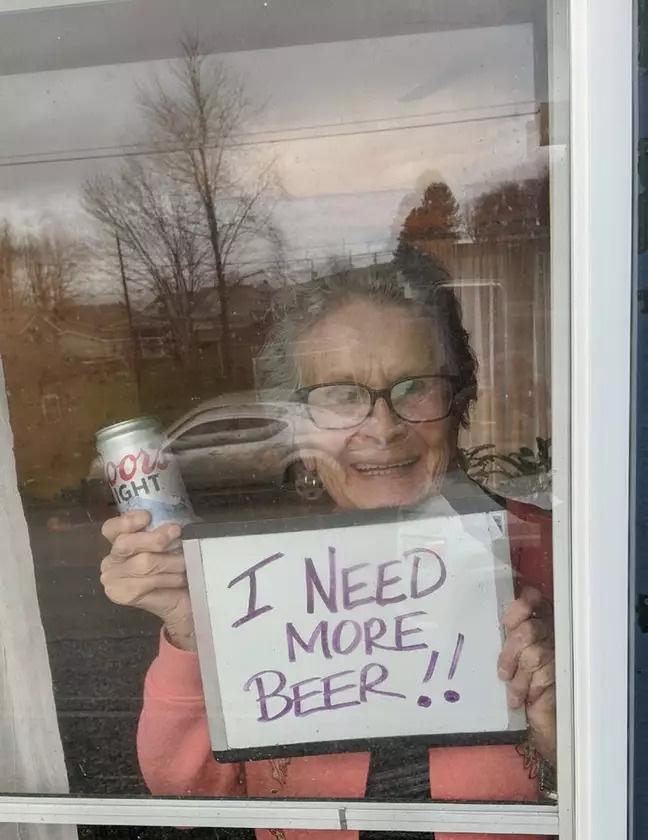 Cách ly ở nhà buồn chán, các cụ già liền mượn rượu giải sầu hết mình hơn cả giới trẻ - Ảnh 3.
