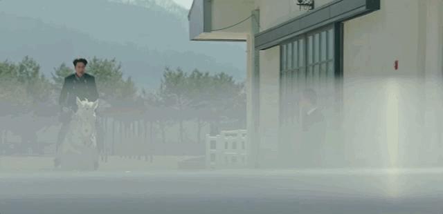 Lộ clip anh Kim Phân cưỡi ngựa giữa phố: Lần này  Quân Vương Bất Diệt Lee Min Ho của các bé nhún điêu luyện hơn rồi nhé! - Ảnh 4.
