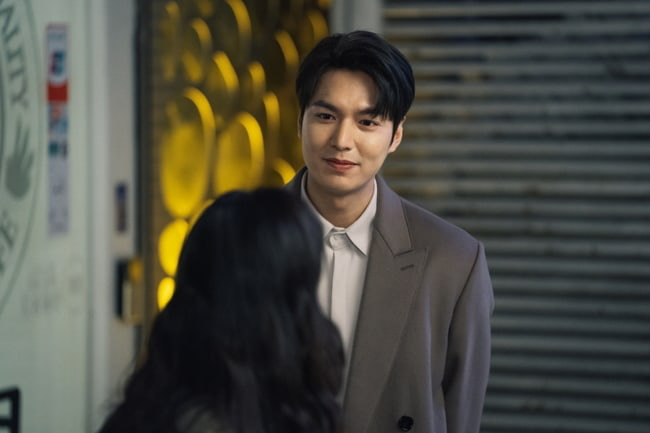 Kim distributes Lee Min Ho and continues to invite Kim Go Eun to eat chicken in Episode 3 of the Eternal King, are you passionate? - Picture 1.