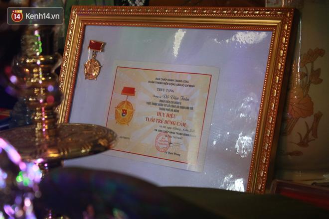 Vụ 2 chiến sĩ công an hy sinh: Nhận bằng khen Tuổi trẻ dũng cảm thay con, lòng tôi tự hào nhưng tim đau quặn thắt...! - ảnh 12