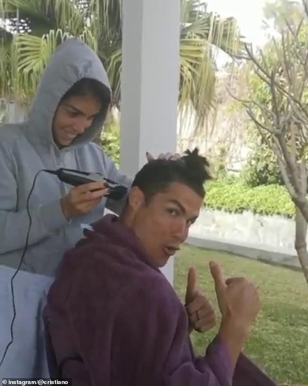 Không thể ra ngoài vì dịch Covid-19, Ronaldo đành nhờ bạn gái xuống tóc hộ, các fan liền nháo nhào đòi xem kết quả cuối cùng - ảnh 1