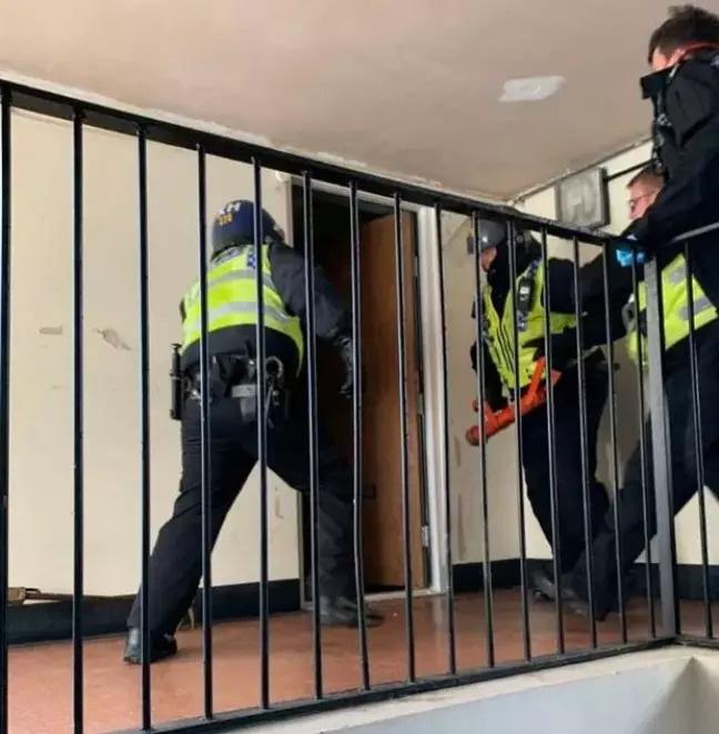 Căn hộ của tay buôn ma túy bị cảnh sát đột kích vì không tuân thủ yêu cầu cách ly xã hội - Ảnh 1.