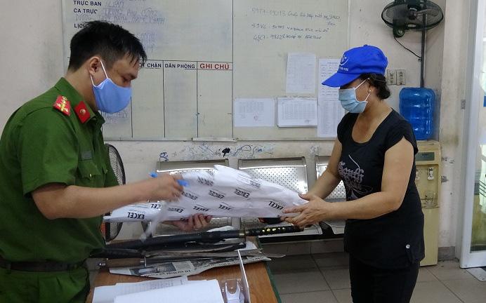 Giao nộp vũ khí, vậy liệu nổ…, người dân trung tâm Sài Gòn được tặng gạo trong mùa Covid-19