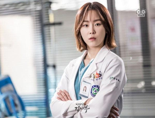 """7 """"chị đại"""" ngành y ngầu nhất phim Hàn: Park Shin Hye tay không quật côn đồ cũng chưa át vía được nữ chính Hospital Playlist - ảnh 9"""