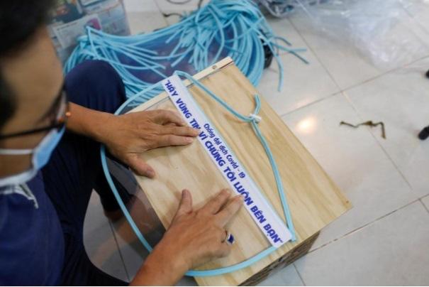 Nữ tiểu thương Sài Gòn xuất hiện trên loạt báo quốc tế khi tự làm hơn 1000 chiếc mặt nạ ngăn giọt bắn, dành tặng các y bác sĩ ở tuyến đầu chống dịch Covid-19 - ảnh 5