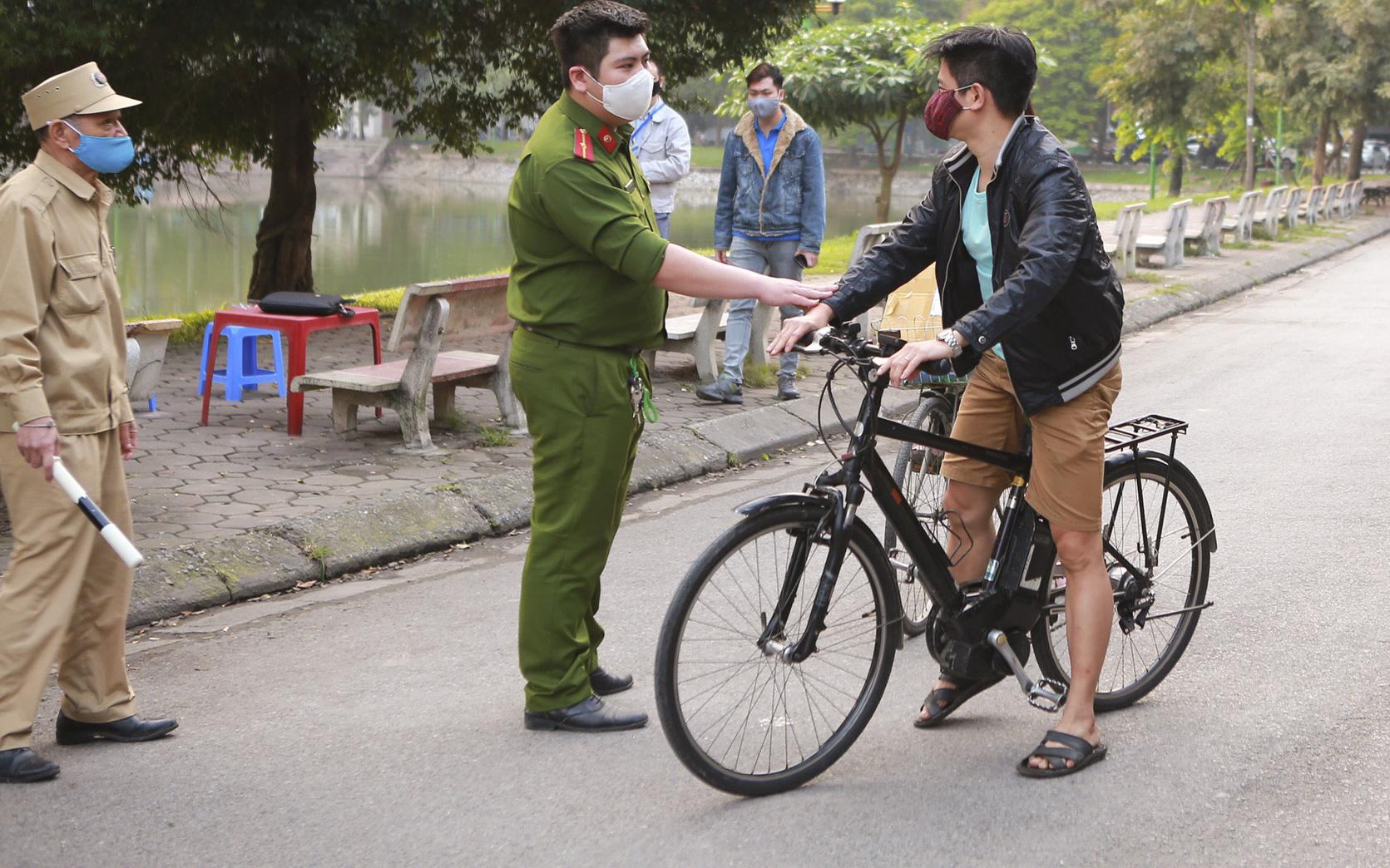 Hà Nội: Công an lập chốt nhắc nhở, người dân đi tập thể dục liền quay trở về nhà