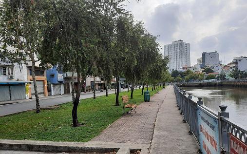 Xử phạt nhiều người tụ tập câu cá trên kênh Nhiêu Lộc ở Sài Gòn trong mùa dịch Covid-19
