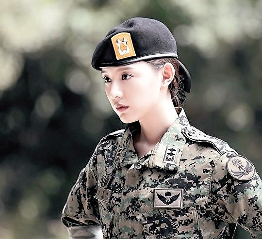 """7 """"chị đại"""" ngành y ngầu nhất phim Hàn: Park Shin Hye tay không quật côn đồ cũng chưa át vía được nữ chính Hospital Playlist - ảnh 17"""
