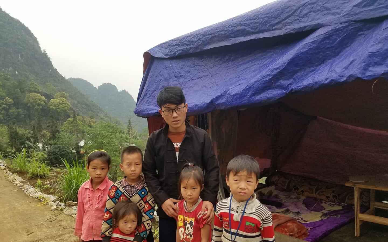 Bộ trưởng Bộ Giáo dục tuyên dương nam sinh người Mông dựng lán giữa núi bắt internet học online