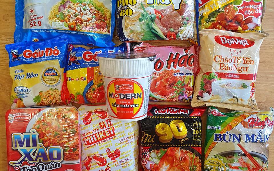Người ta nghỉ dịch thì thi nhau làm hết món này đến món khác, thế mà vẫn có người phải ăn mì tôm qua ngày, còn chọn đủ các loại mì khác nhau để còn đổi bữa