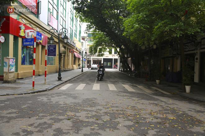 Ngắm nhịp sống trầm lặng trên những con phố siêu ngắn ở Hà Nội mùa dịch Covid -19 - ảnh 3