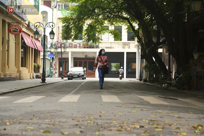 Ngắm nhịp sống trầm lặng trên những con phố siêu ngắn ở Hà Nội mùa dịch Covid -19 - ảnh 4