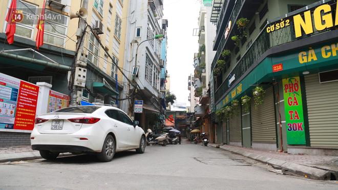 Ngắm nhịp sống trầm lặng trên những con phố siêu ngắn ở Hà Nội mùa dịch Covid -19 - ảnh 13