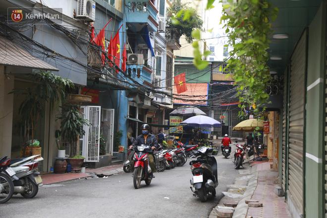 Ngắm nhịp sống trầm lặng trên những con phố siêu ngắn ở Hà Nội mùa dịch Covid -19 - ảnh 14