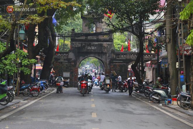 Ngắm nhịp sống trầm lặng trên những con phố siêu ngắn ở Hà Nội mùa dịch Covid -19 - ảnh 5