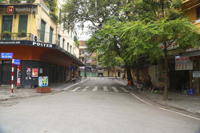 Ngắm nhịp sống trầm lặng trên những con phố siêu ngắn ở Hà Nội mùa dịch Covid -19 - ảnh 12